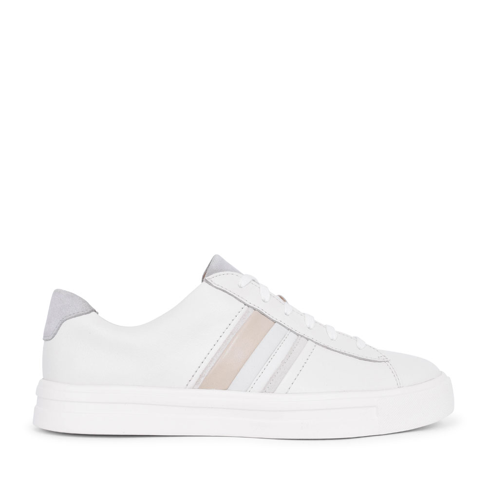 LADIES UN MAUI BAND LEATHER D FIT LACED TRAINER in WHITE